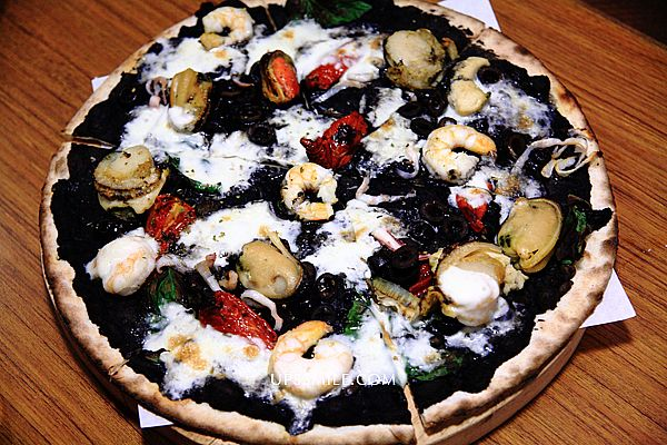 PIZZERIA OGGI天母店,萍子推薦好吃道地的拿坡里披薩,台灣第一家唯一利用拿坡里製造的岩石烤爐來製作拿坡里披薩專門店。
