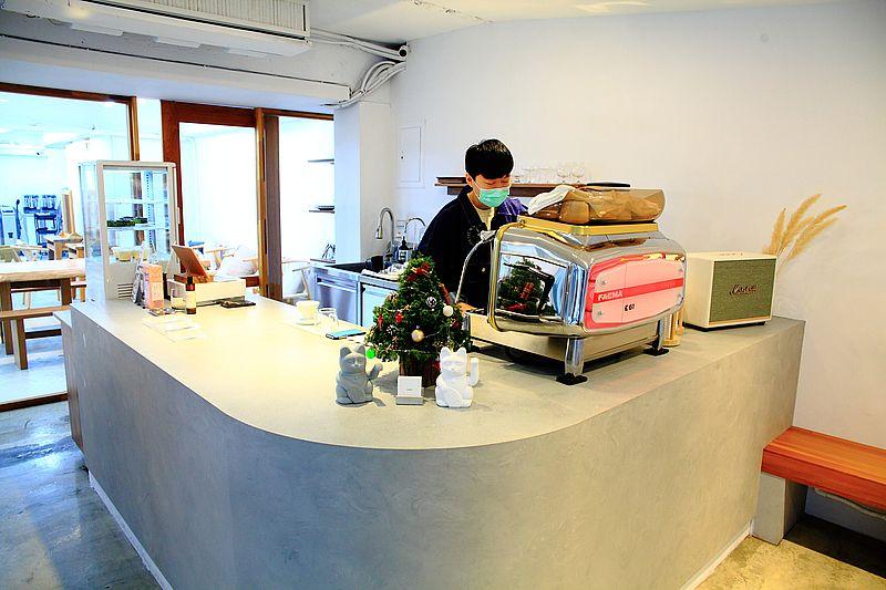 台北松山區甜點 zomi cafe簡約白風格咖啡館,小山園抹茶巴斯克乳酪起司蛋糕,中山國中站咖啡館,巴斯克推薦 @upssmile向上的微笑萍子 旅食設影