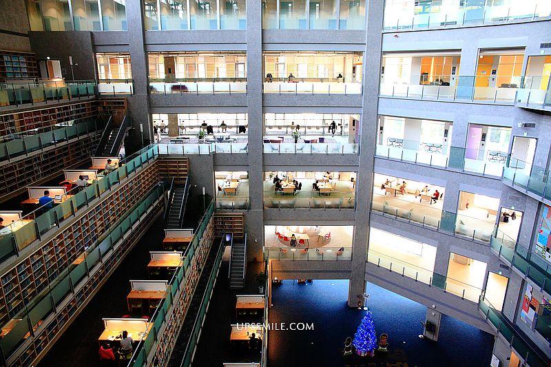 政大達賢圖書館,政大絕美湖中建築,走入七層書牆隧道好壯觀,全台最美圖書館之一,IG網美打卡台北景點,木柵景點必去 @upssmile向上的微笑萍子 旅食設影
